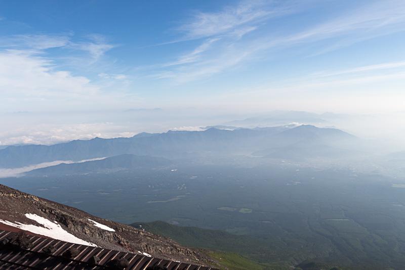 標高3400mにある山小屋「富士山ホテル」から見た朝7時前の景色。周囲には残雪も見え、かなりの高所に来た感じがある