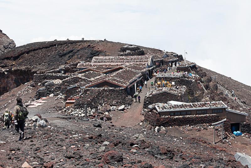 吉田/須走ルートの山頂付近の様子。限られた場所に久須志神社や山小屋が軒を連ねている