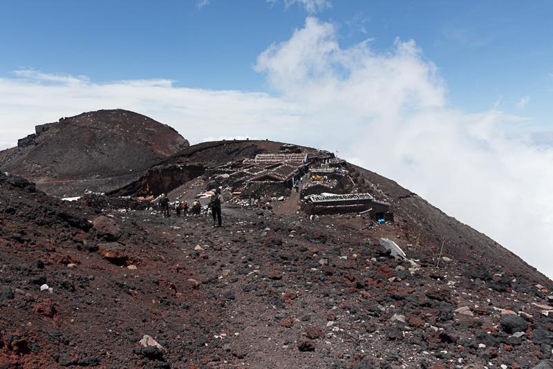 同じ場所を少し引いて撮影したもの。うっすらと山頂の輪郭が分かる