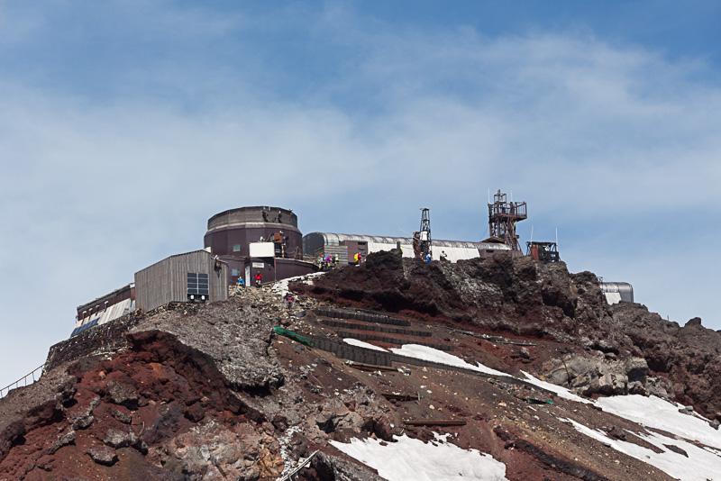 日本でもっとも高い位置にある「剣ヶ峰」(標高3775.6m)。現在は研究施設として活用されている富士山測候所がある