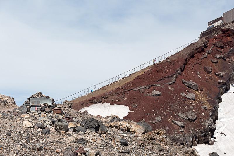 「馬の背」と呼ばれる急坂。日本最高峰への最後の難関