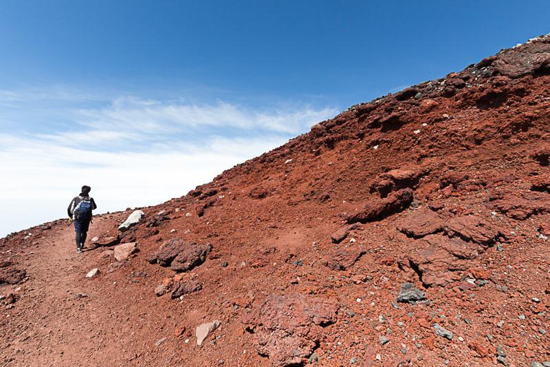 お鉢巡りは山頂のフチを歩くので風や雨の影響をシビアに受ける。天候がわるいときや体力に不安がある場合は諦めよう