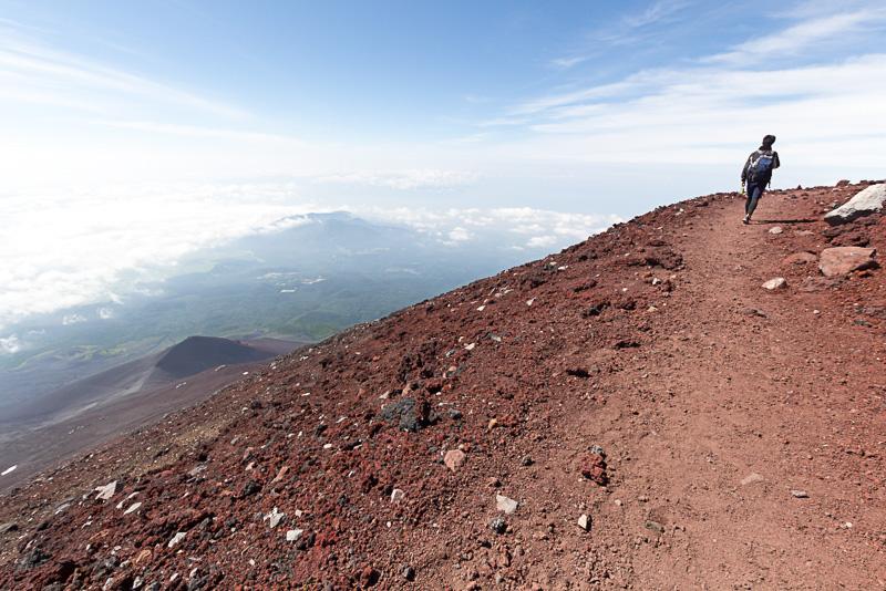 御殿場ルートの頂上付近からは美しい形をした宝永山が見える