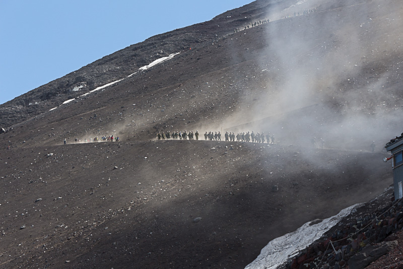 下山ルートは火山灰の砂利道を砂煙を上げながら下って行くので、マスク着用をお勧めする。また、砂走りに入るとさらに顕著になるため、シューズの中に砂利が入らないように登山用のスパッツで足首周辺を保護するのもよい