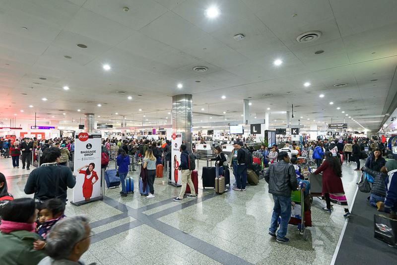 メルボルン空港の国際線出発カウンター付近の様子。21時過ぎだが、混雑はピークを迎えていた