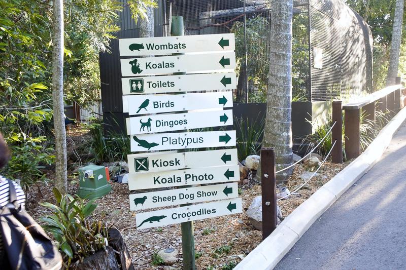 標識には分かりやすく動物シルエットも描かれている