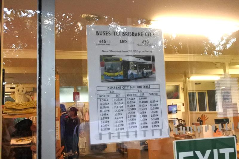 時刻表も売店に張り出されている。ちょうどバスが来ており、大勢の来園者たちが乗り込んでいた