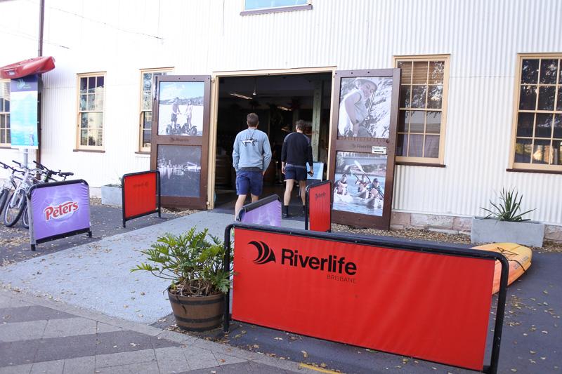 川沿いに建つアクティビティサービス「Riverlife」