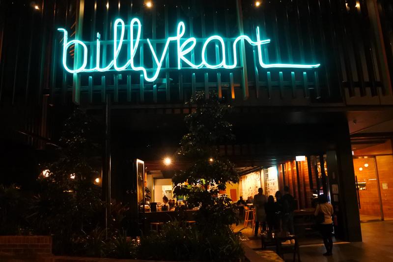 グリーンのネオンが目印の「Billykart WEST END」