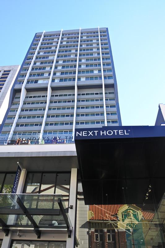 「クイーン・ストリート・モール」側から見た「NEXT Hotel Brisbane」。エスカレータを登るとロビー