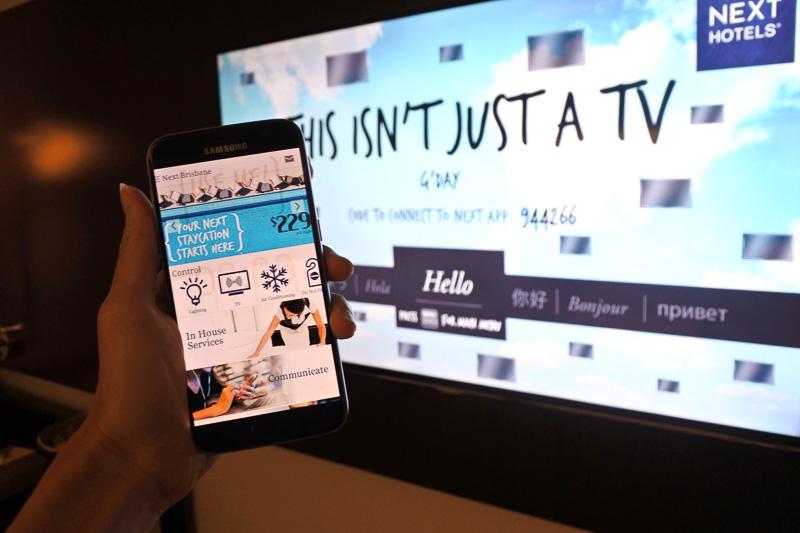 「サムスン・スマート・デバイス」とベッドの正面に設置された48インチのテレビ