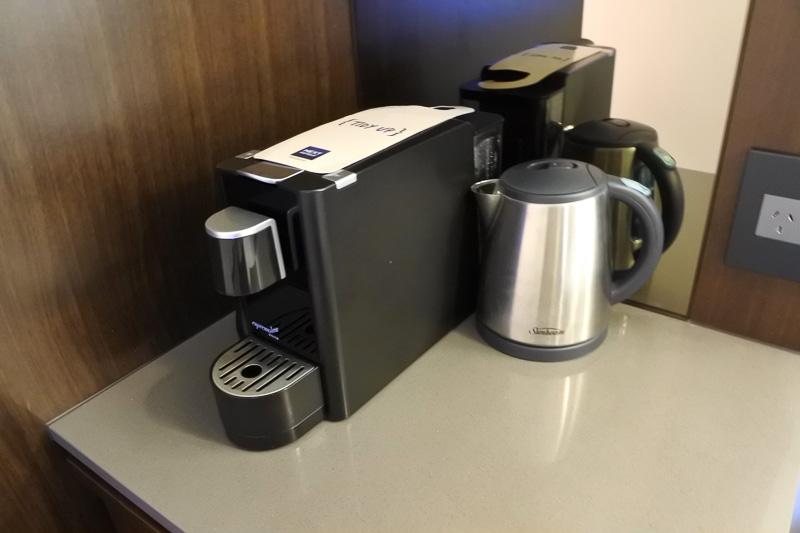 ミニバーの上の棚にはエスプレッソマシンとポット。引き出しの中にはマグカップとともに紅茶が3種類。チョコレートドリンクなどが揃っていた