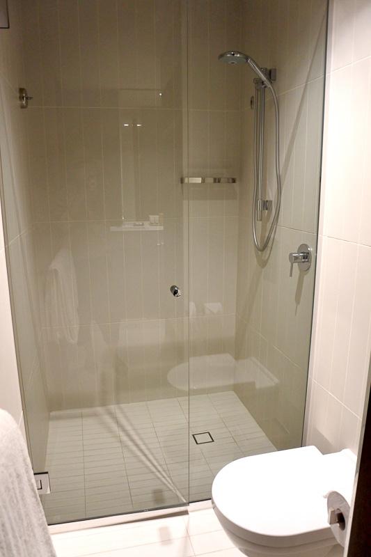 バスルームはコンパクトで使いやすい。クローゼットもすっきりしており、自分の服をかけても見やすい