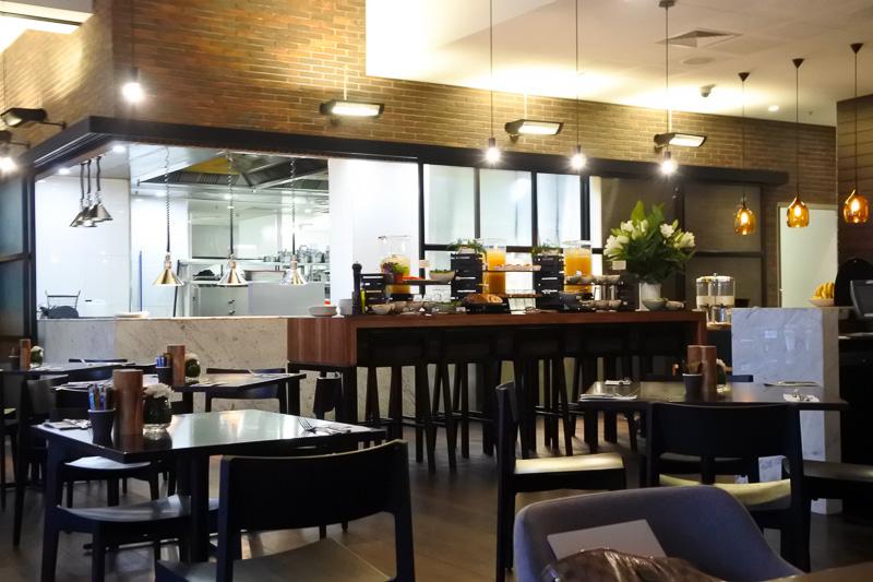 朝食はロビー近くの「Lennons Restaurant & Bar」。窓際で「クイーン・ストリート・モール」の通りを真下に眺めながら味わえる