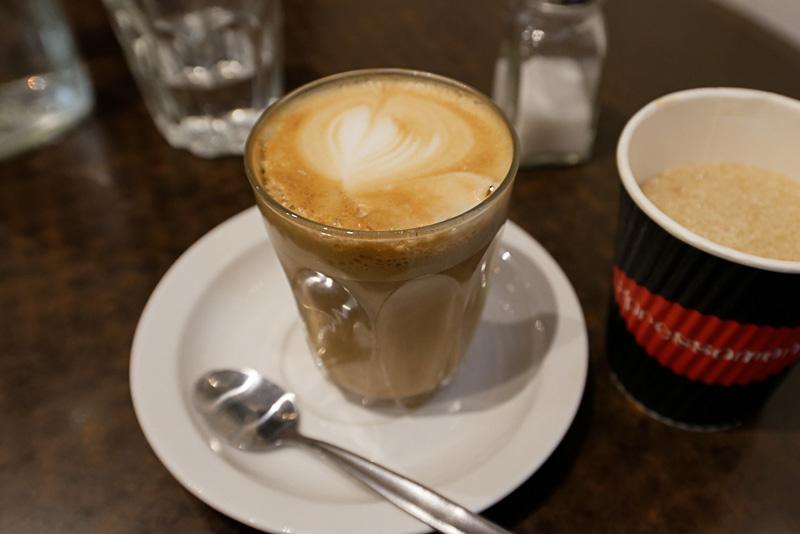デグレーブス・ストリートにあるイタリアンレストランで注文したカフェラテ