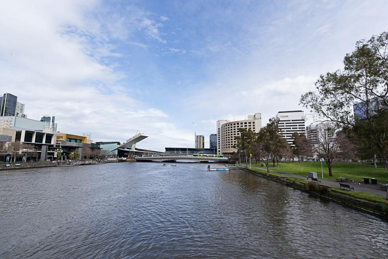 市街中心部を流れるヤラ川