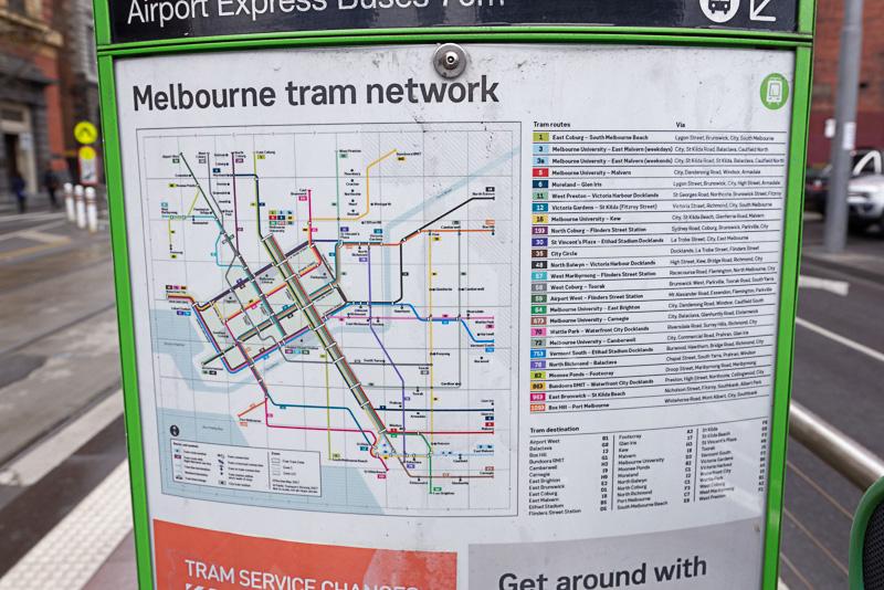 トラムの駅や近くにはこうした路線図がある。ルートは覚えにくいが、路線番号と車両の番号を見比べれば行きたい場所へ簡単に行ける