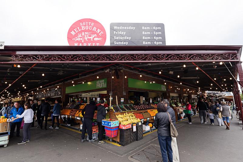 多くの人でにぎわう市場「South Melbourne Market」。市街地の南側にある