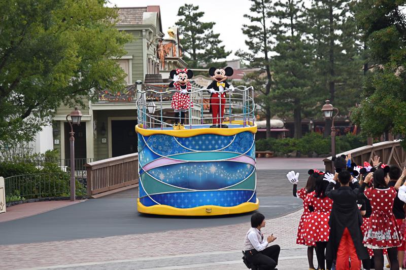 フロートに乗って登場したミッキーマウスとミニーマウス