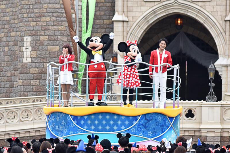 ミッキーマウス、ミニーマウスとともにダンスの練習がスタート