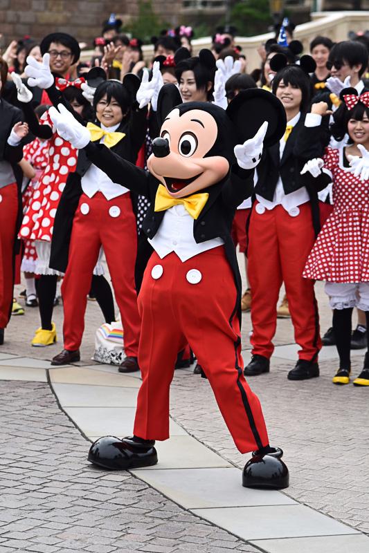 大きく手を振ったり、耳を手で形作ったりとミッキーマウス&ミニーマウスたちも華やかにダンス