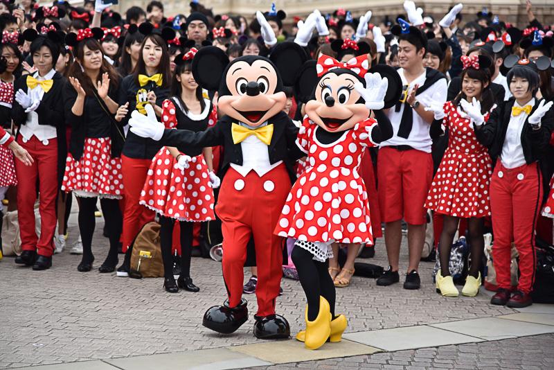 ミッキーマウスとミニーマウスも楽しそうにハロウィーンの始まりをお祝い