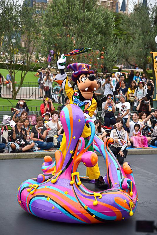 パレードの主催者であるグーフィーがパレードルートでゲストにご挨拶