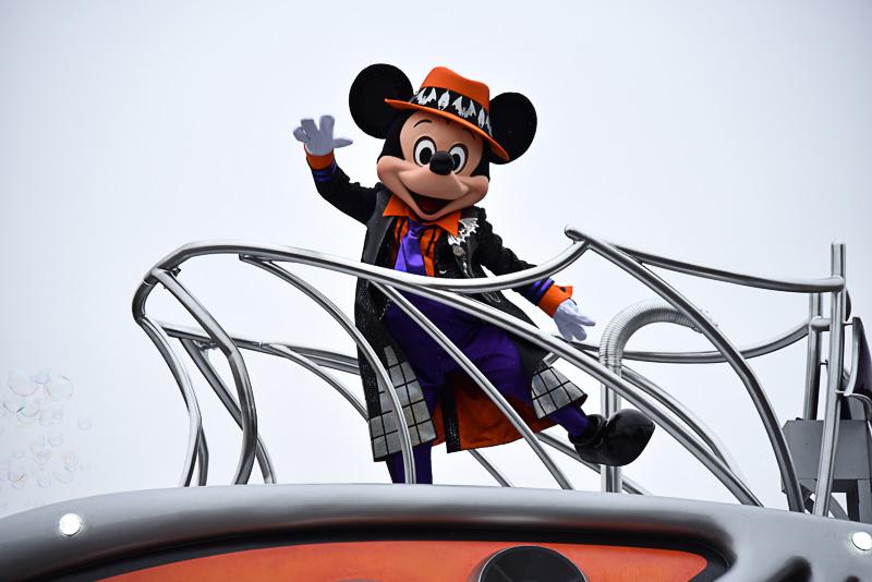かぼちゃカラーのハットにきらびやかなブラックマントを着こなすミッキーマウス