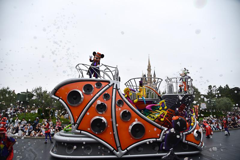 フェスティバルが最高潮を向かえるとスモークバブルがフロートから放たれた