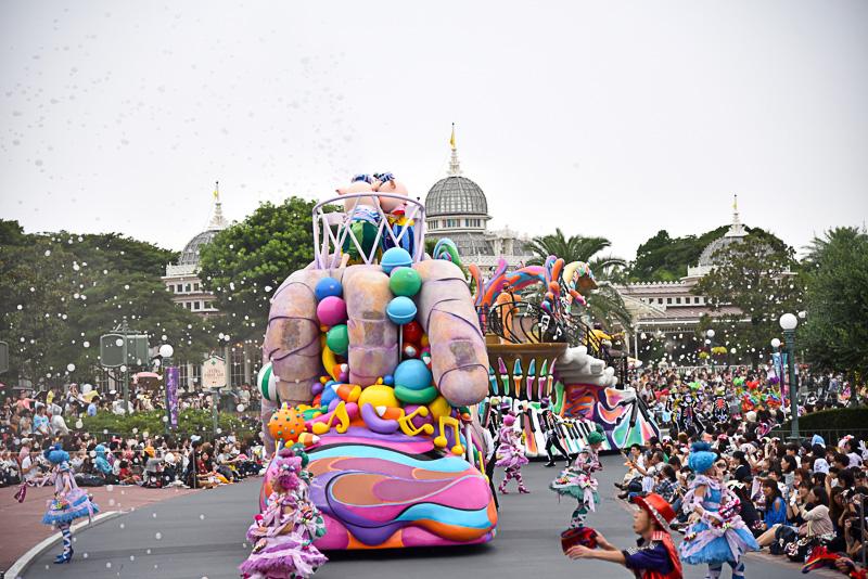 パレードルートがスモークバブルで彩られ、不思議で楽しい世界が広がった