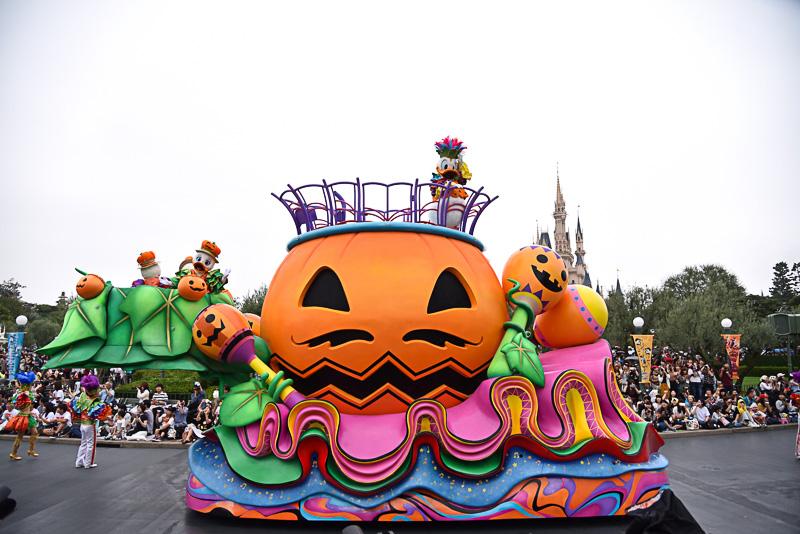 サンバ隊とともに、巨大なかぼちゃが進んで来た!