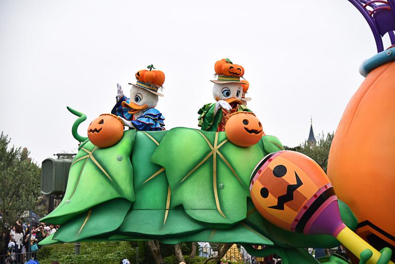 甥のヒューイ、デューイ、ルーイはかぼちゃ製の楽器を打ち鳴らしビートでサポート