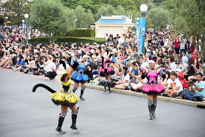 原色&ふわふわな黒猫ダンサーズたちとともにロックなサウンドが聞こえてくると!?