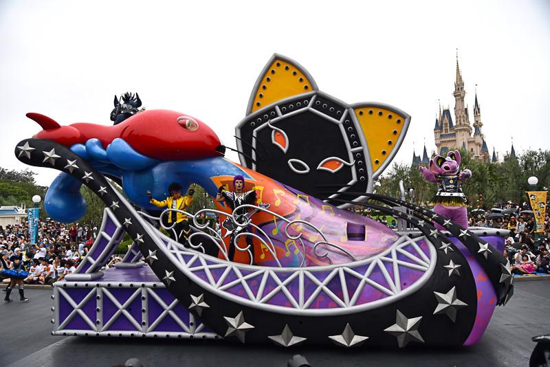 キラッと輝くストロボに鋲やステージ建材などロックとフェスならではのデザインと黒猫をミックス