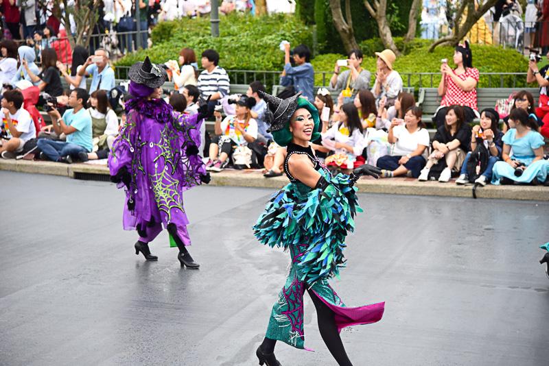 コーラスをサポートする魔女ダンサーとともにヘッドライナーが登場