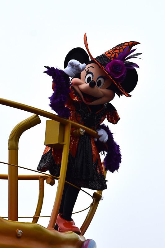 魔女姿のミニーマウスたちのキュートな歌声に酔いしれよう
