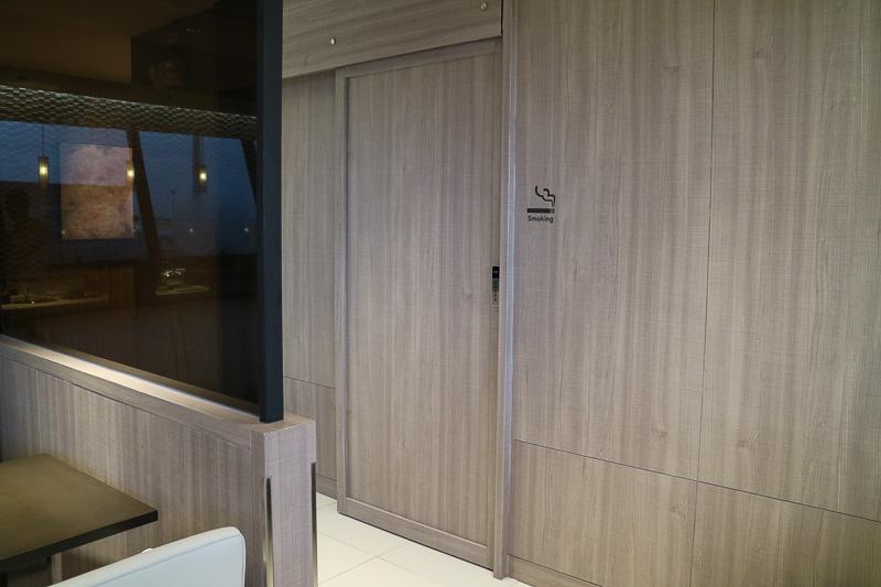 喫煙ブースは二重扉と空調を備えている