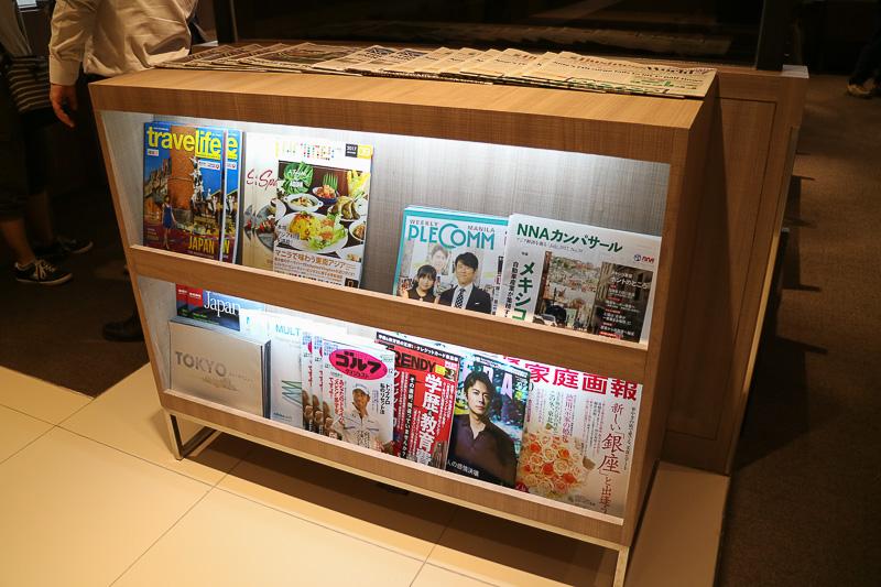マガジンラックには日本の日経、朝日、読売新聞なども用意している