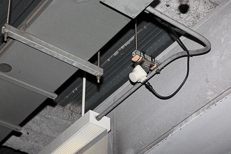 実験の駐車場。料金徴収システムは三菱プレシジョン製。アンテナ位置は入庫するクルマに対して真正面の上部が理想とのことだが、駐車場によってはそれが不可能なこともあるので、この実験ではアンテナを入庫車に対して意図的に斜めになる位置に付けている