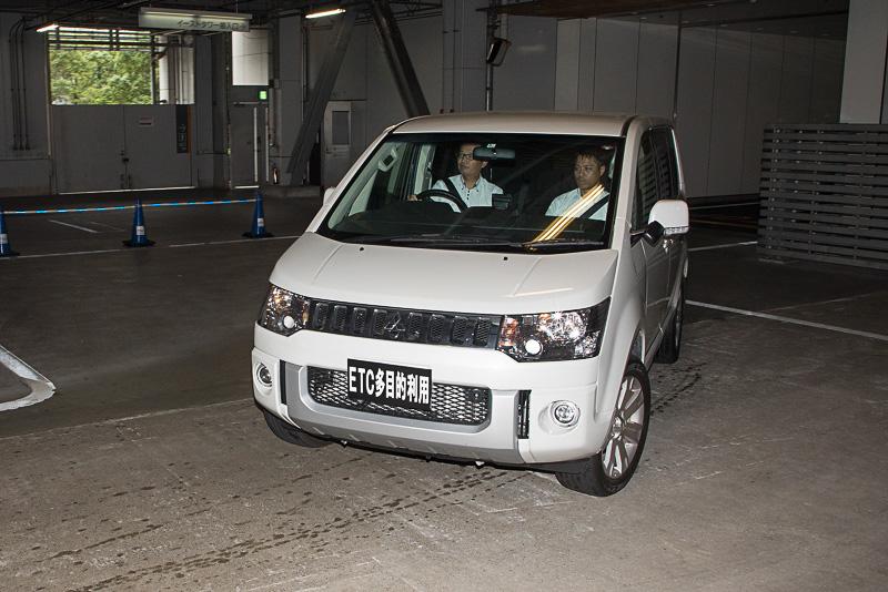 駐車場の料金徴収システムにはクルマのナンバーを読み取って事前精算が可能なものもある。この駐車場はまさにそのシステム。ナンバーが見える状態と隠した状態も作り、システムの反応をチェックしていた