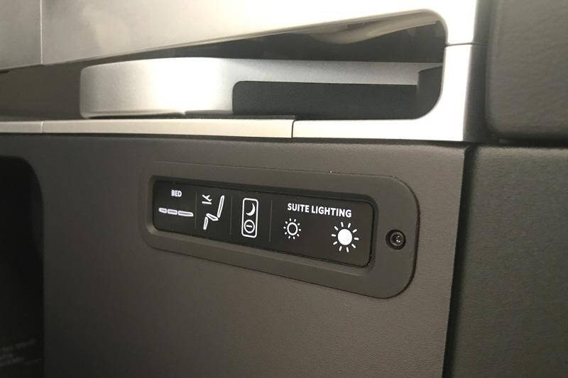 フルフラット時は上面のパネルに手が届かないので、いくつかのボタンが独立して用意してある