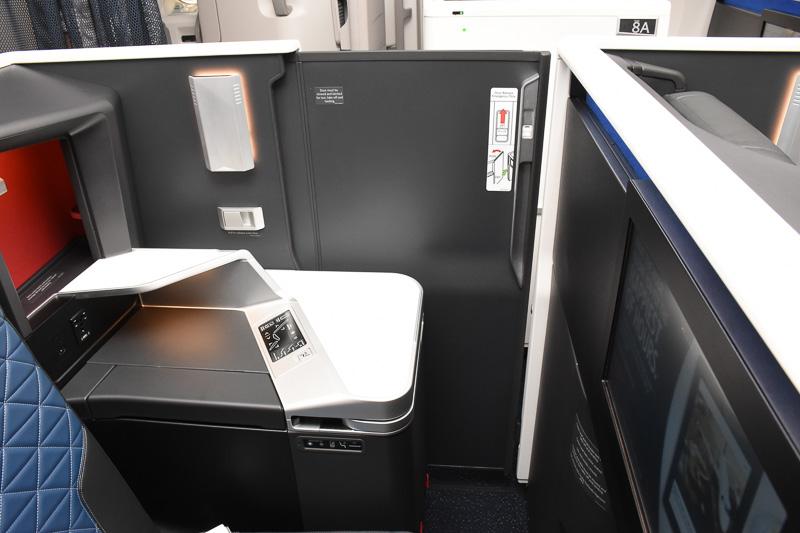 引き戸は閉めるとロックされるため、機内の揺れなどで簡単に開いたりはしない