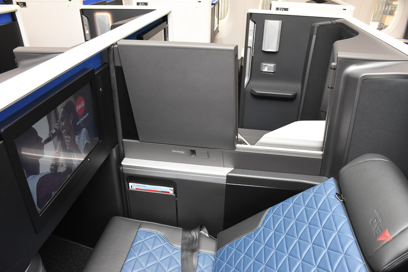 中央の2つのシートはスライド式のディバイダで遮断可能
