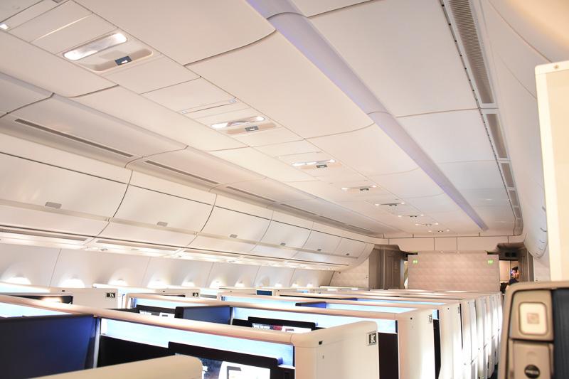 キャビンはLED照明でさまざまな色合いに変化する。時差ボケを防ぐ意味合いもある