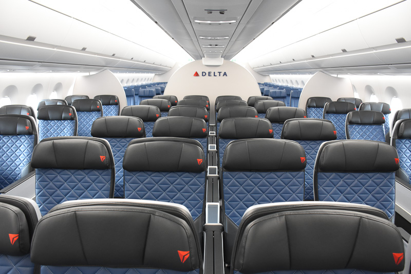 シート配置は2-4-2。白く明るい天井でこちらも開放感がある