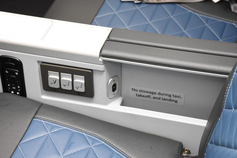 ボタンの横に収納スペースとヘッドフォンジャック