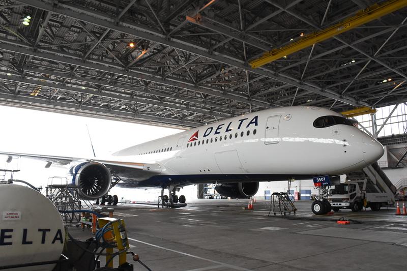機内は格納庫で披露された。9月15日には再び日本を発つ予定とのこと