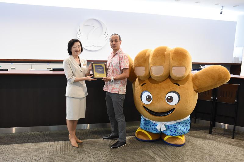 ハワイ州観光局 営業部長 酒井剛司氏から認定書が授与された