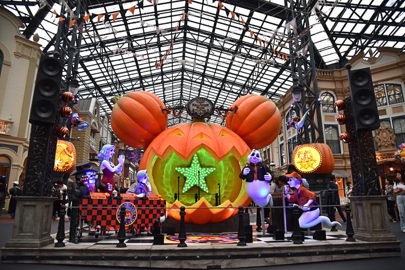 ワールドバザールに初登場の巨大かぼちゃのステージでは実際に中に入ってアーティスト気分で歌うことも可能