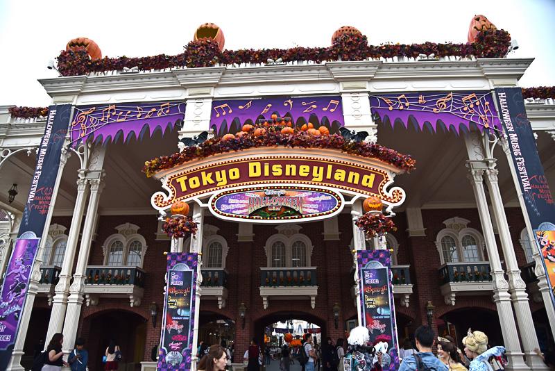 ワールドバザールの入口ではサングラス姿のかぼちゃやコウモリなどがゲストをフェスティバルに招き入れてくれる